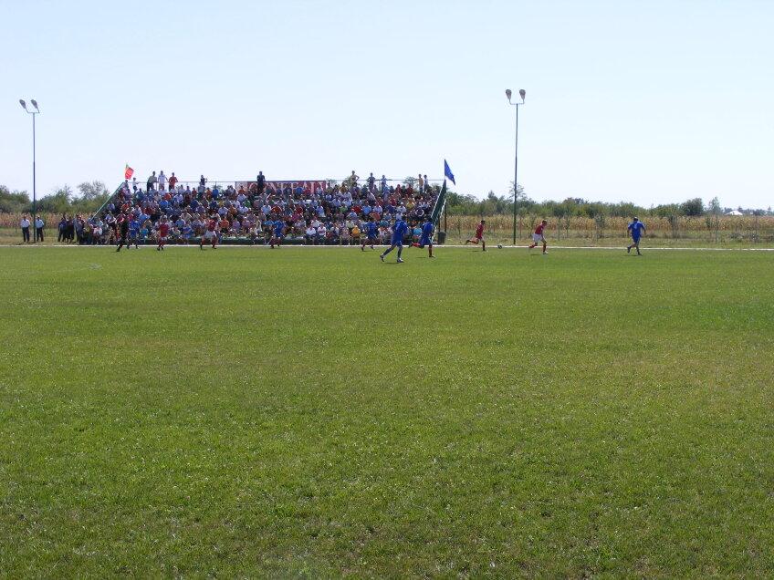 Terenul din comuna Răscăieţi (Dîmboviţa). Echipa de aici joacă în liga a 6-a. Poză trimisă de Dan Nicolae