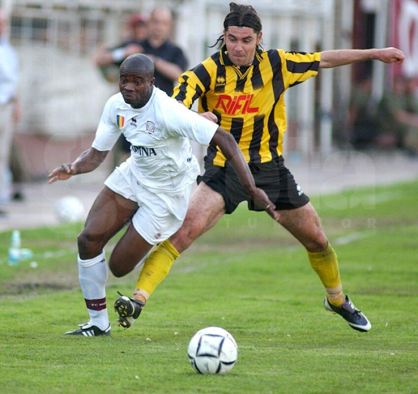 Henry Makinwa are 12 meciuri pentru Rapid. A cîştigat un campionat şi o Supercupă