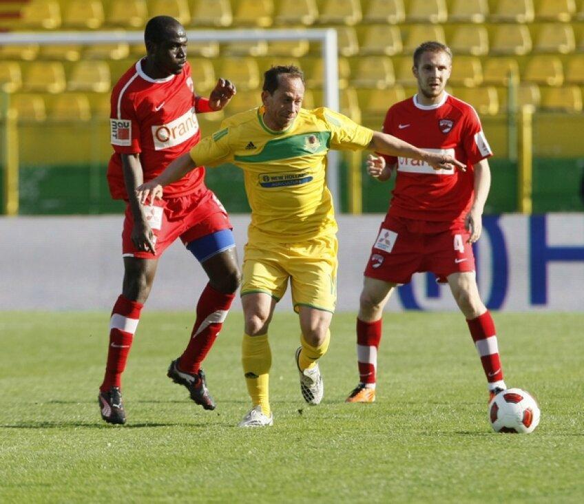 Adailton (galben) în duel cu Djakaridja Kone și Cosmin Moți la meciul din sezonul trecut. Vaslui - Dinamo 2-0