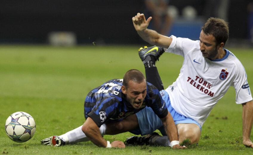 Interistul Sneijder, stînga, atacat de Giray, a început extremă stîngă și a terminat pe postul său, în spatele