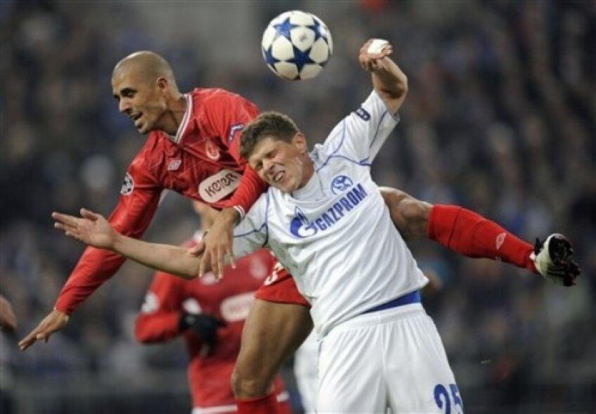 Douglas da Silva (în roșu) în duel cu Huntelaar în meciul din Liga Campionilor de sezonul trecut