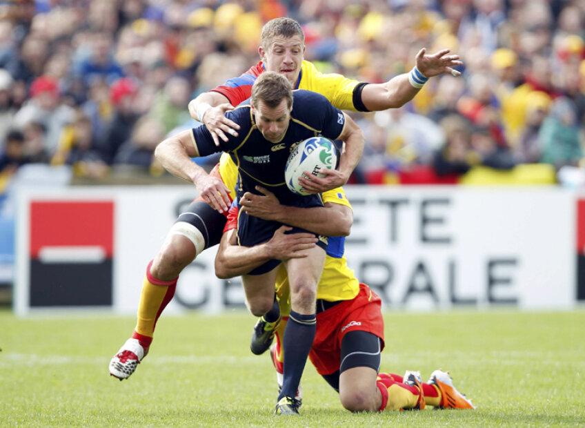 Lemnaru şi Macovei în luptă cu căpitanul Scoţiei, Chris Paterson. FOTO Reuters