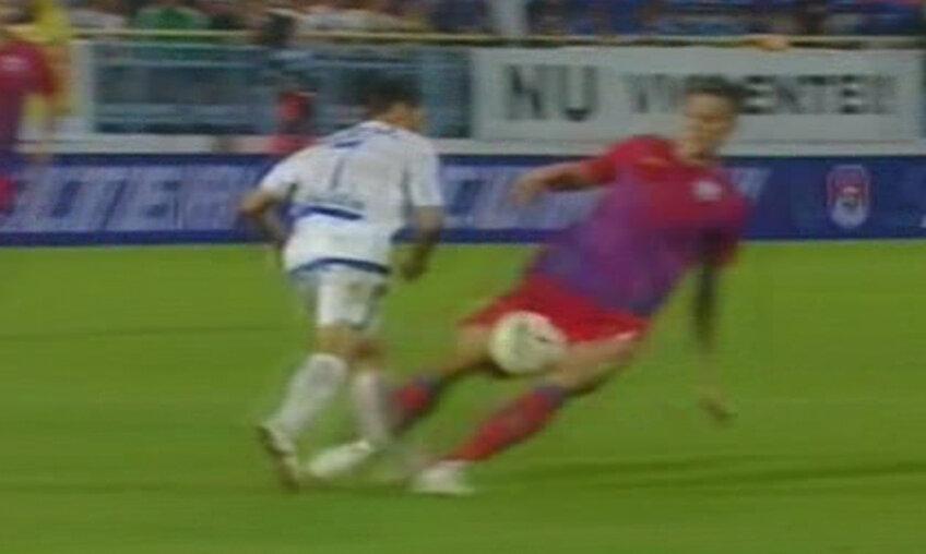 Captura din timpul meciului a surprins momentul în care piciorul lui Băcilă este rupt în două de intervenţia lui Gardoş