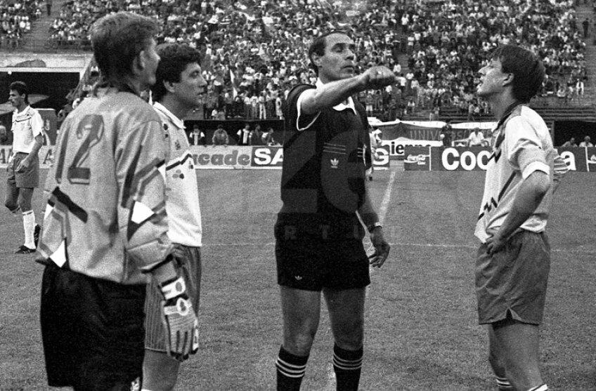Emil Săndoi (dreapta) era căpitanul Universităţii Craiova la finala de Cupă din 1993 cu Dacia Unirea Brăila, scor 2-0. Era ultimul meci pentru Craiova, urma să se transfere în Franţa. Accidentarea l-a ţinut în Liga 1
