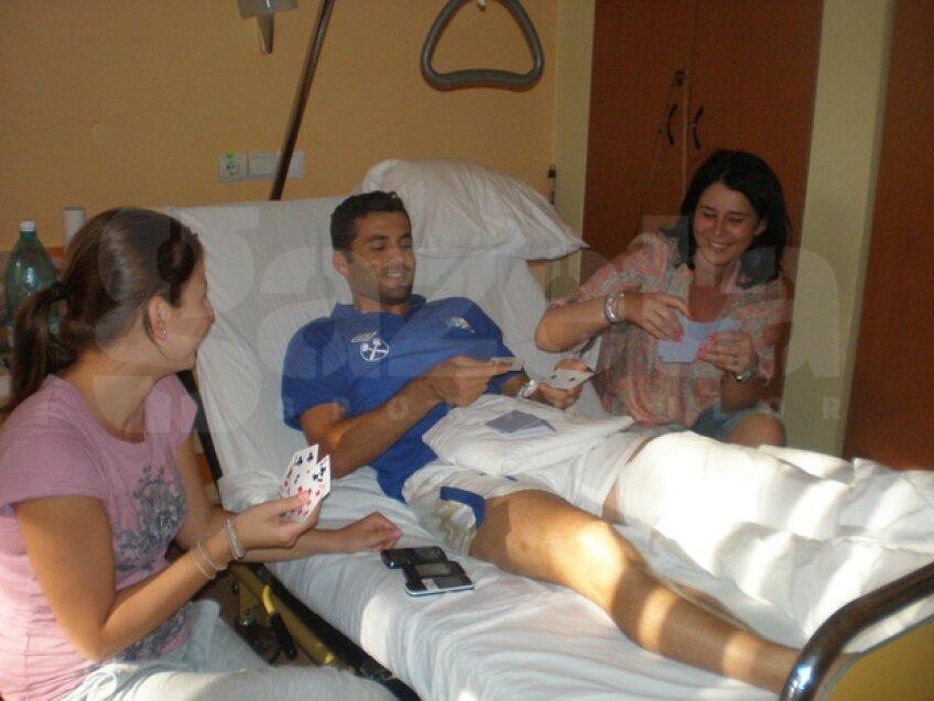 Cosmin Băcilă îşi petrece timpul în spital jucînd cărţi alături de familie sau prieteni