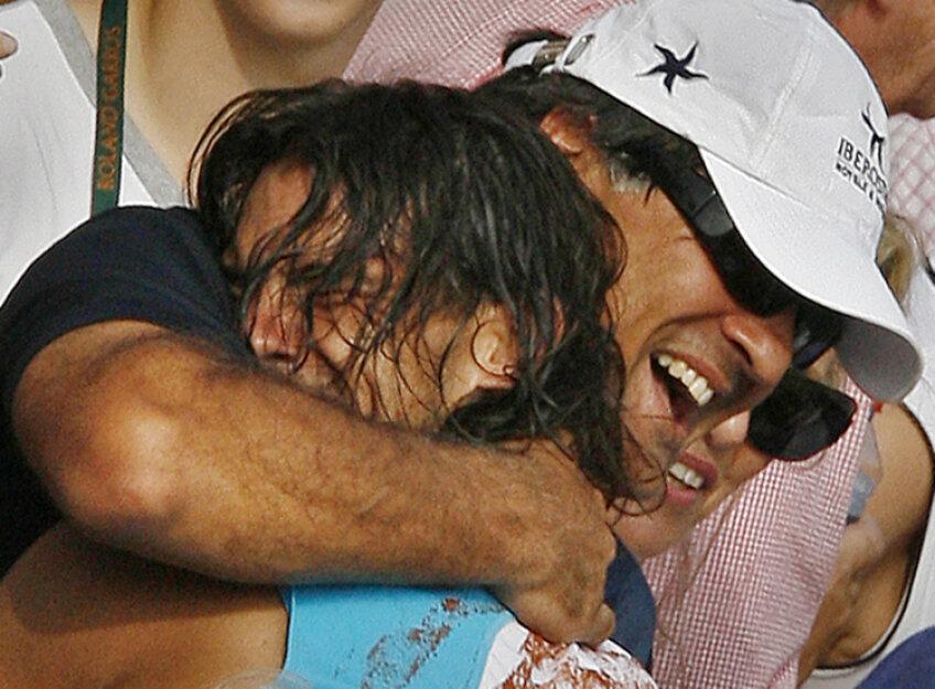 Rafael Nadal îl îmbrăţişează pe unchiul şi antrenorul său, Toni Nadal (foto: Reuters)