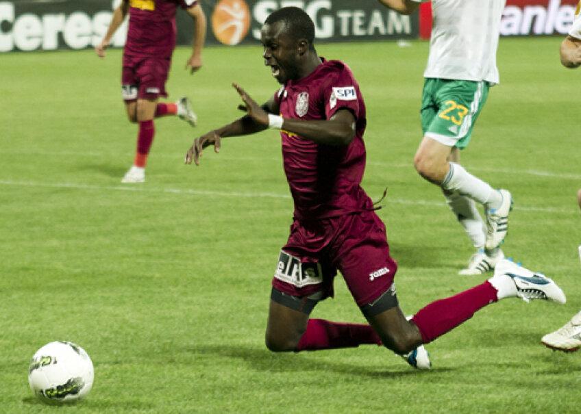 Plonjonul lui Sougou în careu a fost sancţionat de arbitru cu penalty