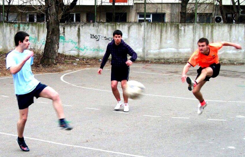Tinerii nu mai pot juca fotbal în curtea şcolii