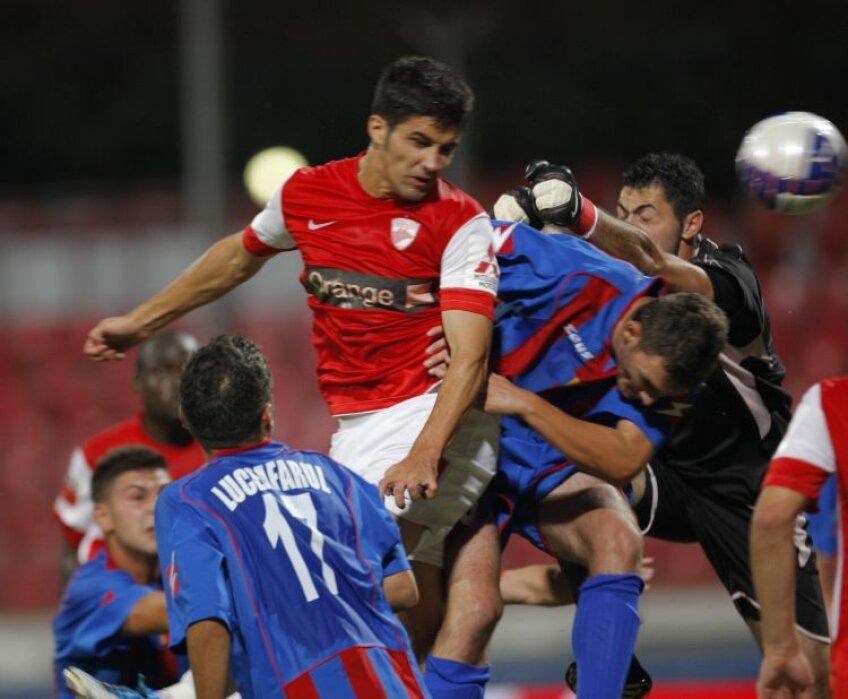 Lovitura de cap cu care Luchin a marcat aseară primul său gol pentru Dinamo FOTO Cristi Preda