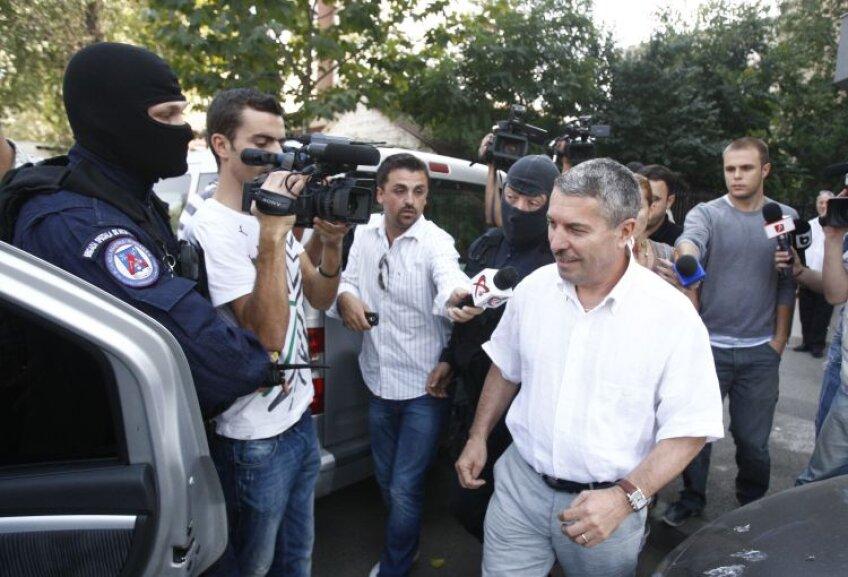 DNA l-a ridicat ieri pe şeful arbitrilor, Vasile Avram, după o percheziţie de 8 ore la sediul CCA. Foto Alex Nicodim
