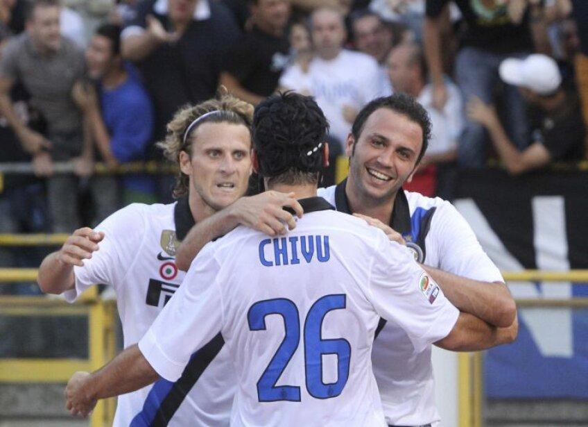 Chivu se îmbrățișează cu Forlan și Pazzini după 1-0. Foto: Reuters