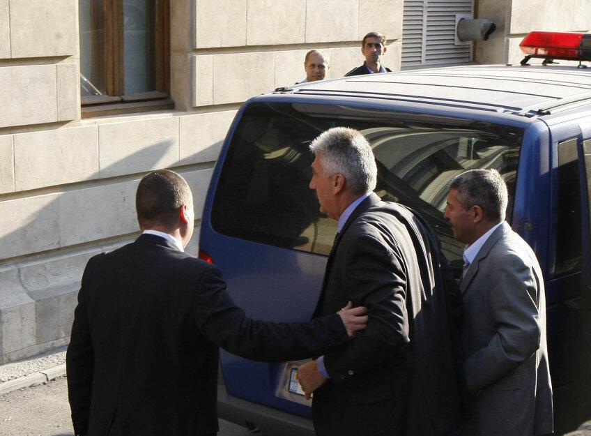 Sorin Ţerbea, cel mai inalt, încătuşat alătui de Vasile Avram, ajunşi la Tribunal