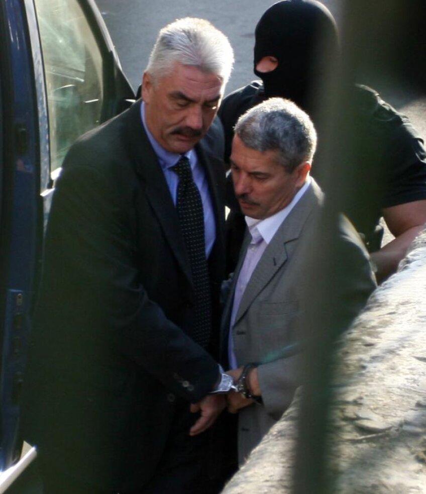Sorin Ţerbea (stînga) şi Vasile Avram au fost aduşi la Curtea de Apel Bucureşti legaţi cu cătuşe unul de celălalt. FOTO Mediafax