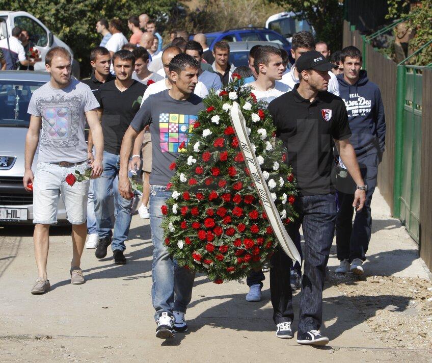 Imagini cu jucătorii lui Dinamo la mormîntul lui Cătălin Hîldan