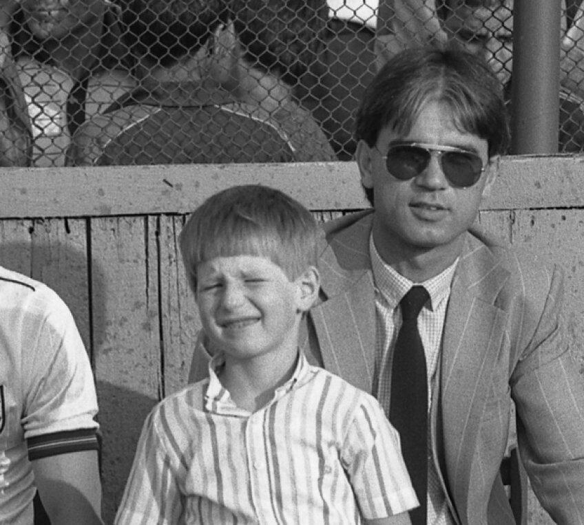 Fotografie din 1985: încă de atunci Anghel Iordănescu, care era secundul lui Ienei, îl lua pe Edi la stadion de fiecare dată cînd juca Steaua