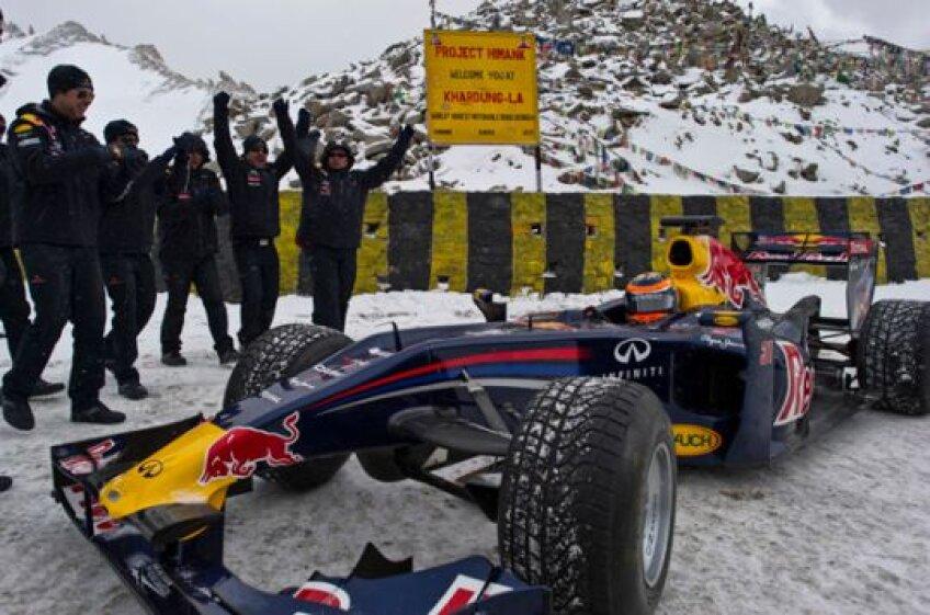 FOTO Record la înălţime » Cu maşina de Formula 1 pe Himalaya