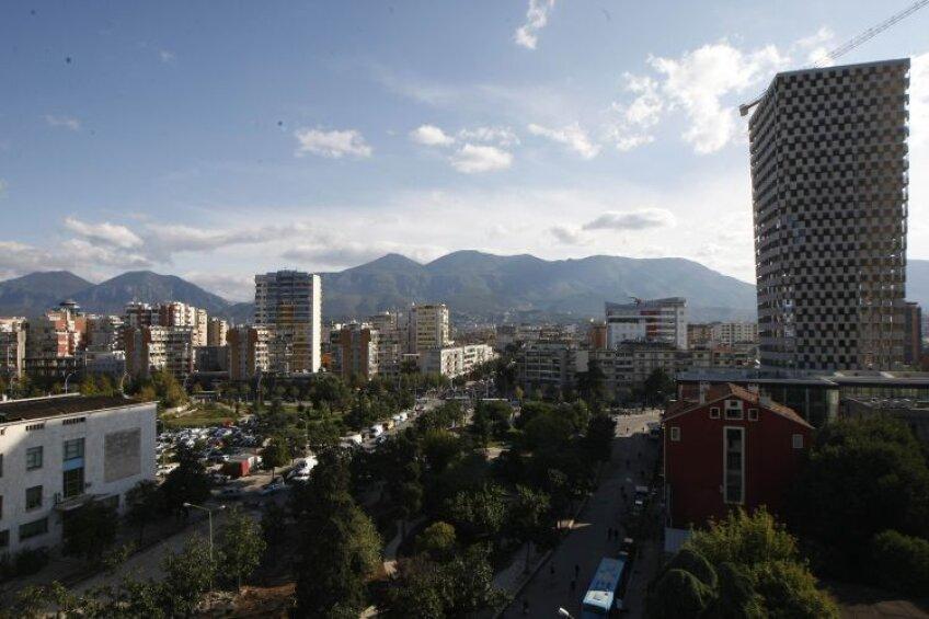 Tirana impresionează prin verdele parcurilor, mari și dese, dar și prin bulevardele extrem de largi