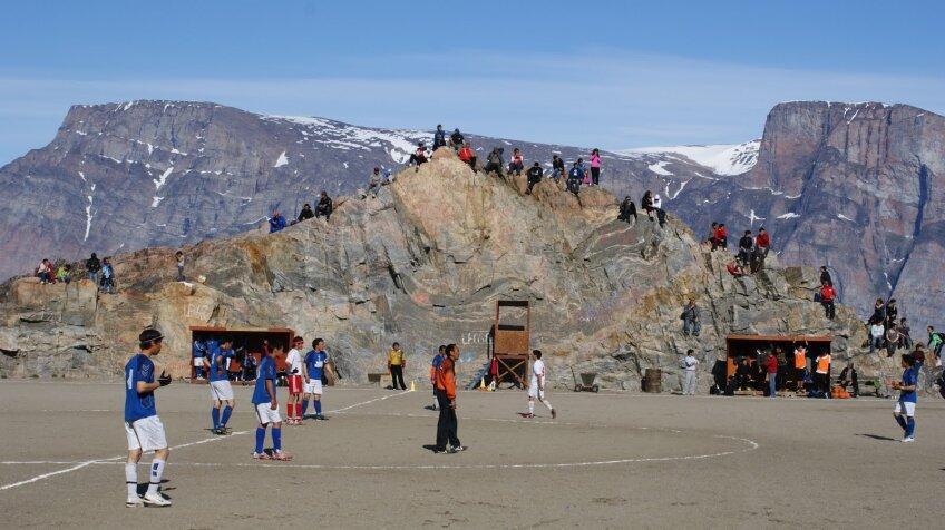 În Groenlanda se joacă fotbal, iar gazonul nu este o problemă, pentru că lipseşte cu desăvîrşire