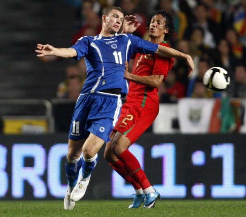 Dzeko (alb, în duel cu Bruno Alves) este principalul pericol pentru portughezi y Foto: Reuters