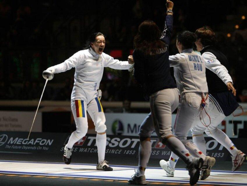 Simona Alexandru fuge spre coechipierele sale, Ana Brînză, Anca Măroiu și Loredana Dinu, după tușa de aur. FOTO Reuters