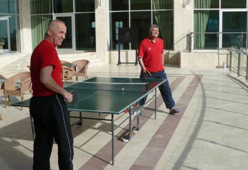 Într-un cantonament în Turcia, Stan şi Andone n-au ezitat să-şi măsoare forţele la o partidă de tenis de masă