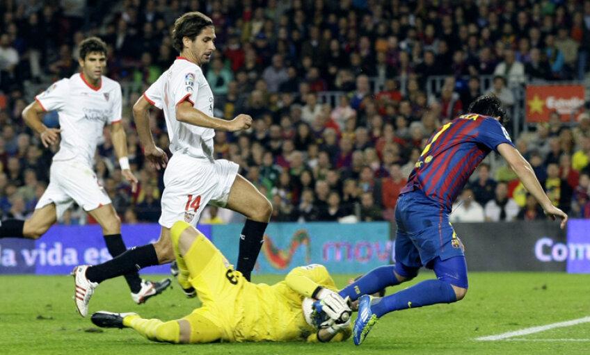Varas mai agață o minge din picioarele lui Villa. FOTO Reuters