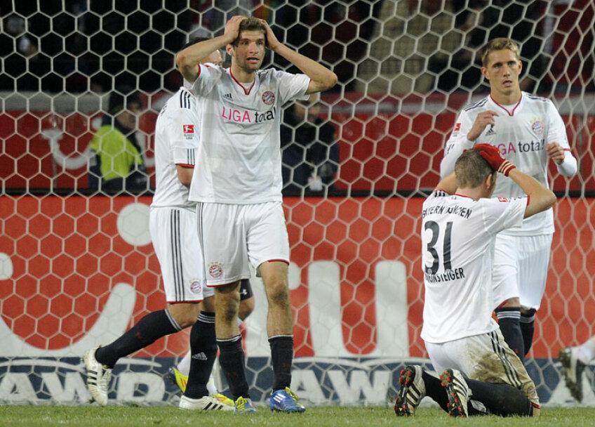 Lui Muller (stînga) și celorlalți bavarezi nu le-a venit să creadă că au pierdut cu Hannover. FOTO Reuters