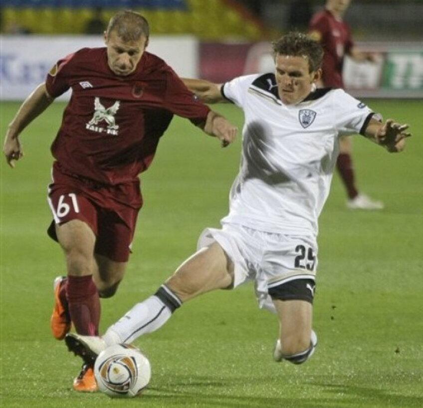 Costin Lazăr(în alb) se bate cu PAOK la primele locuri în campionatul grec contra lui Panathinaikos şi Olympiakos