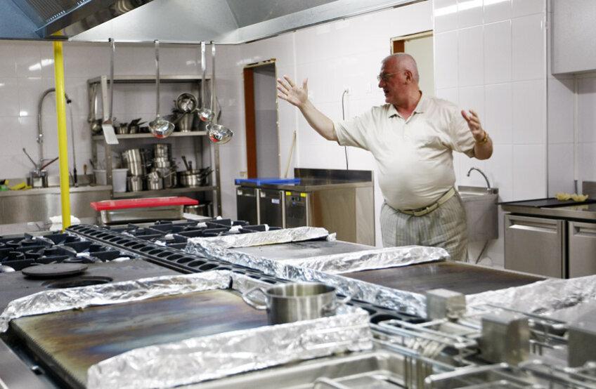 Dumitru Dragomir în bucătăria restaurantului său