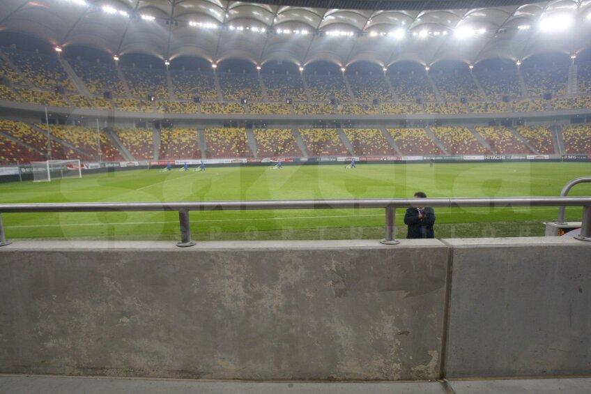 Plăcile de la parapetul stadionului arată ca o tablă de șah: una plină de igrasie, alta respirînd a proaspăt