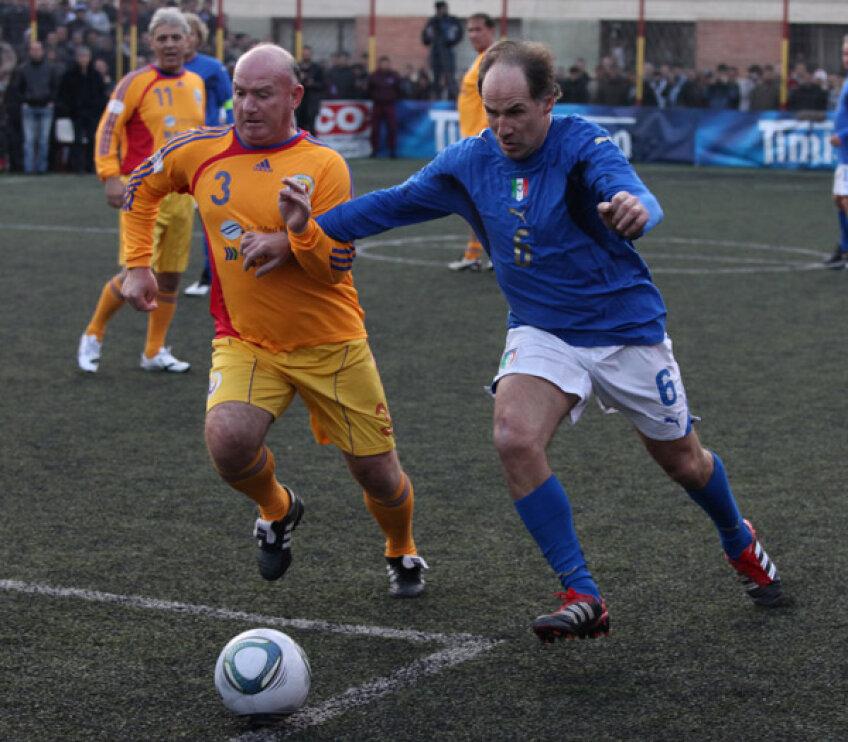 Duelul foștilor fundași de fier, Baresi (albastru) și Nae Ungureanu Foto ProImage
