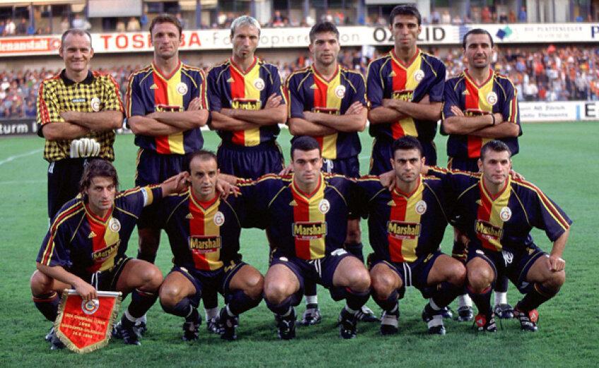 Gică Popescu (al doilea din stg. de pe rîndul de sus) înaintea unui meci al Galatei