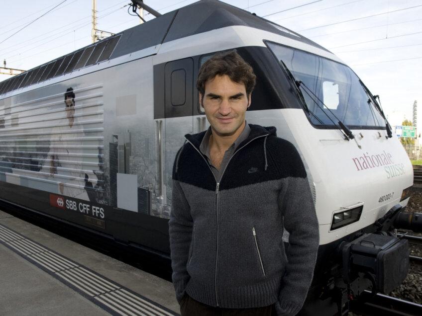 Roger Federer şi locomotiva primită cadou (Sursa foto: livetennisguide.com)
