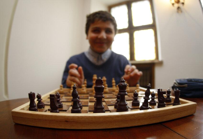 Timotei este omul universal. Joacă şah, are educaţie muzicală, iubeşte cărţile, respectă actorii. Şi e şi bun la şcoală