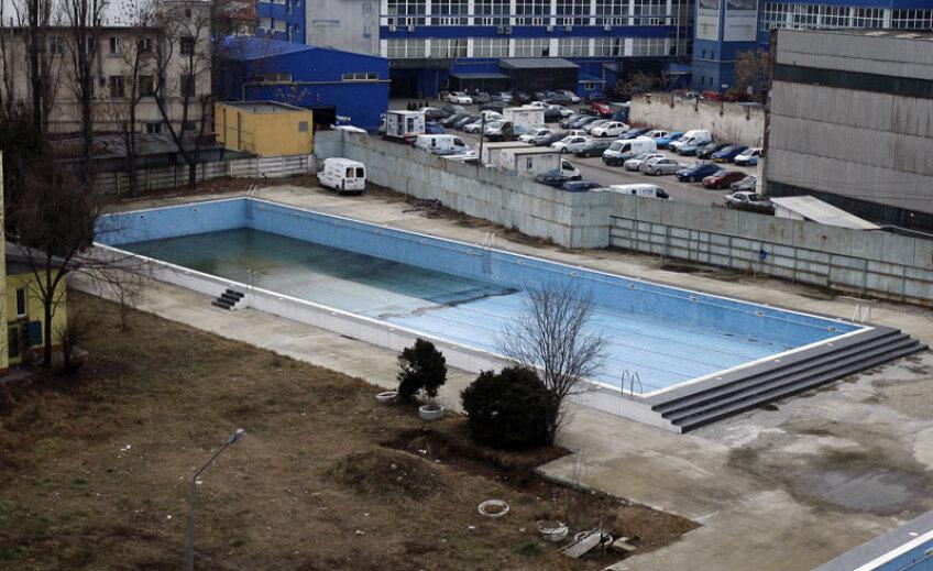 Bazinul de 50 de metri din baza de natație a CSȘ 2 Bucureti are după reparații doar 49 de metri și 60 de centimetri