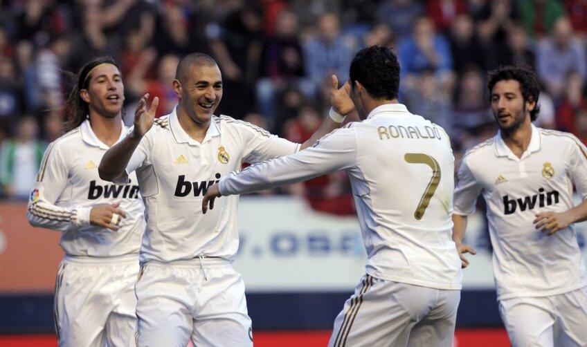 Benzema și Ronaldo (centru) celebrează una dintre reușitele de la Pamplona (foto: Reuters)