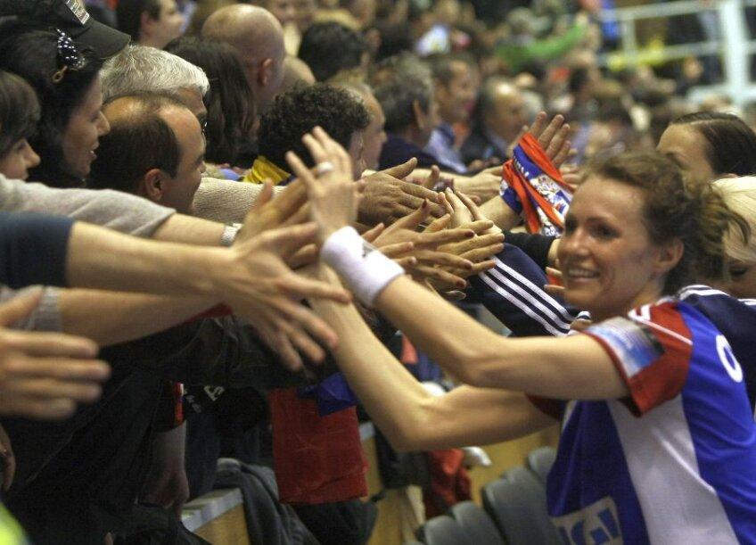 Iulia Curea, cea mai bună marcatoare a Oltchimului, şi colegele ei au salutat galeria de aproape, strîngîndu-i mîinile