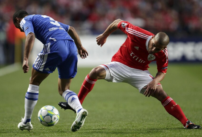 """Maxi Pereira (în roșu) jucat un rol esențial în eșecul Benficăi, luînd repede """"roșu"""" (foto: Reuters)"""