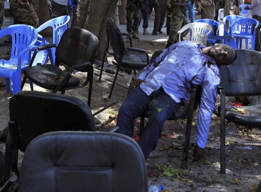 Aceasta este imaginea crudă surprinsă de fotograful Reuters, Feisal Omar, cu preşedintele federaţiei de fotbal omorît pe scaun // Foto: Reuters