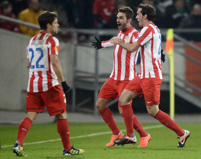 Adrian Lopez (centru) a marcat unul dintre cele mai spectaculoase goluri ale carierei (foto: Reuters)