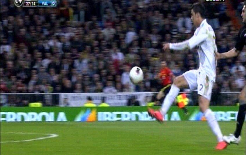 Cea mai controversată fază a meciului, cu Ronaldo călcat de Ruiz