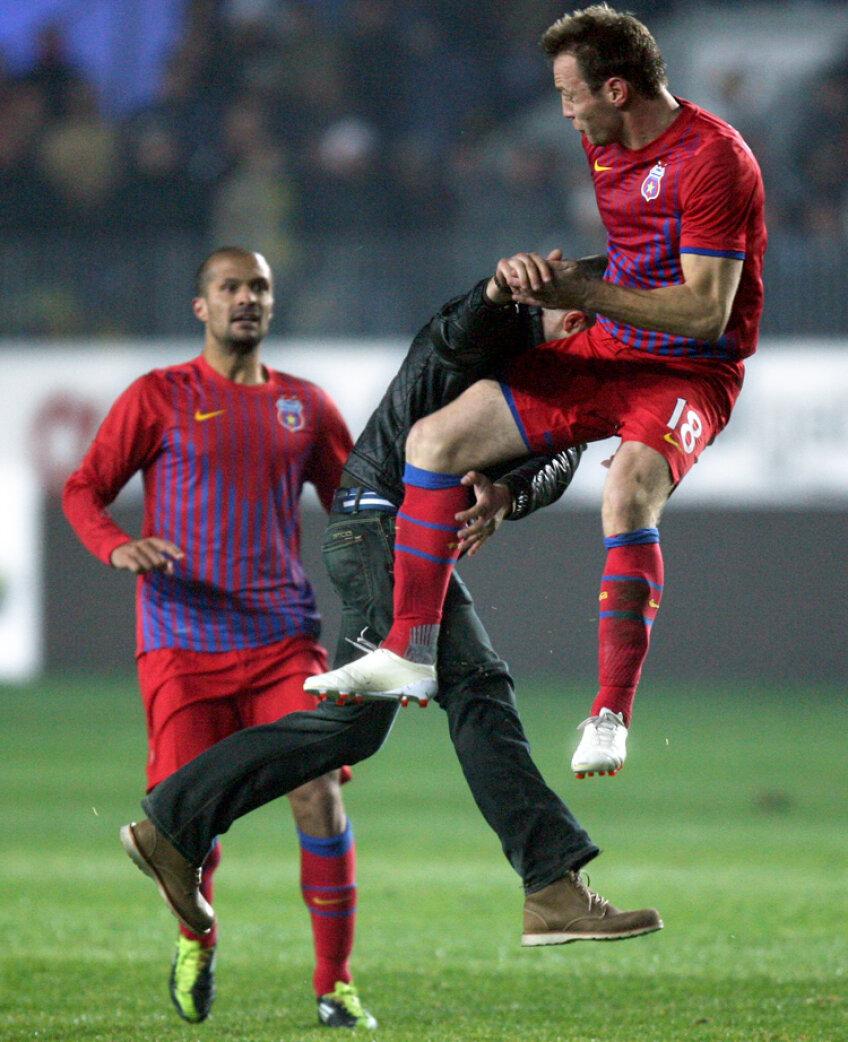 Momentul în care Martinovici îl blochează pe agresor Foto: Mediafax