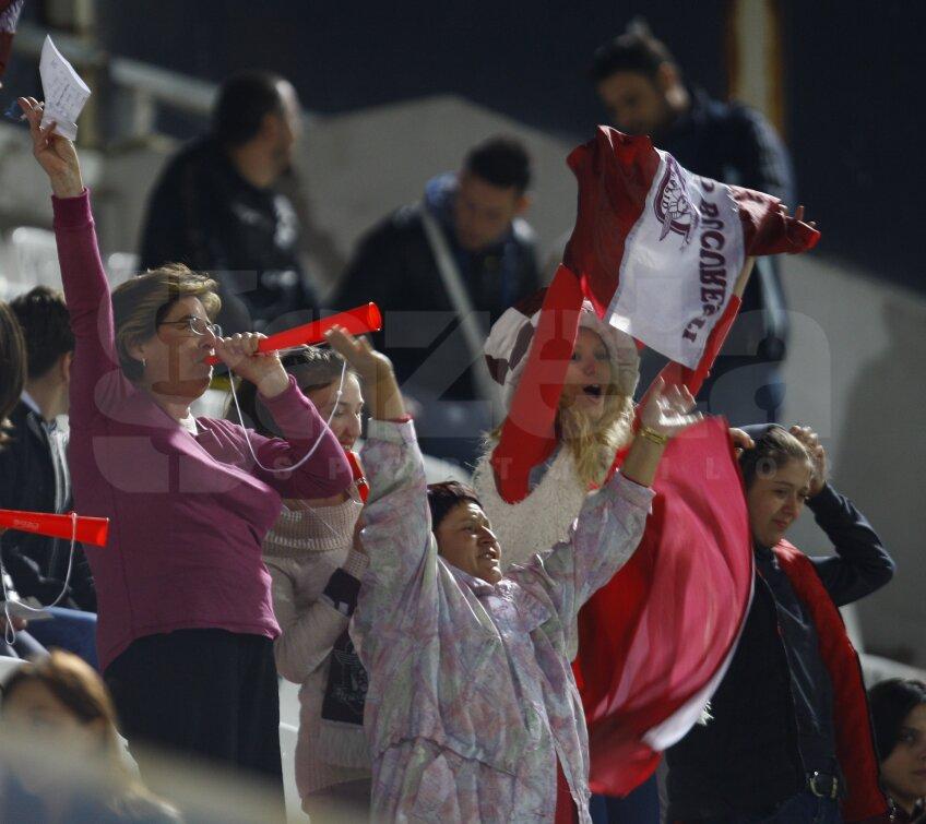 Femeile şi copiii au luat cu asalt stadionul din Giuleşti foto: Cristi Preda