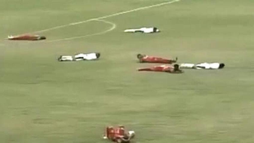 Jucătorii au stat culcați pe gazon pînă a trecut pericolul