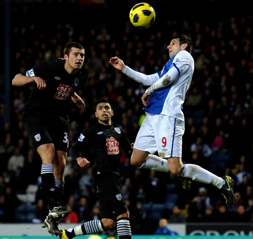 Tamaş (stînga) înscrie în proprie poartă într-un meci cu Blackburn