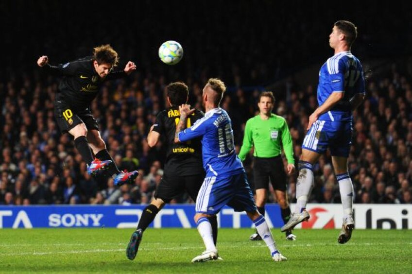 Messi, aici lovind balonul cu capul, a răzbătut rar prin barajul ridicat de englezi