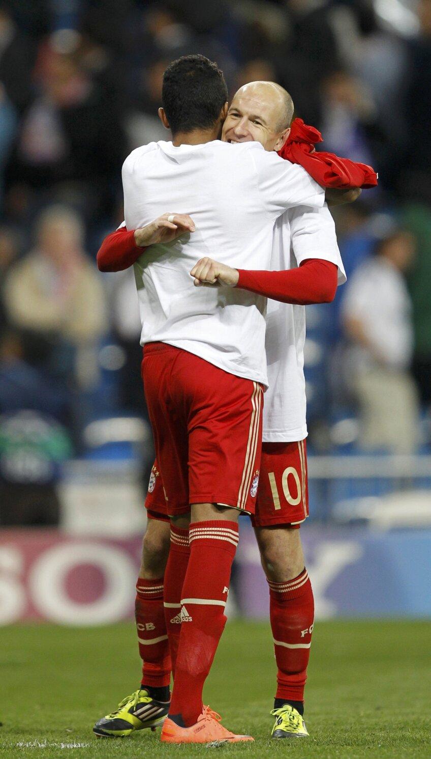 Robben se imbratiseaza cu un coechipier (foto: reuters)