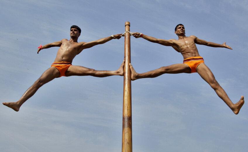 Aceştia nu sînt simpli sportivi, ci soldaţi indieni antrenîndu-se la Mallakhamb