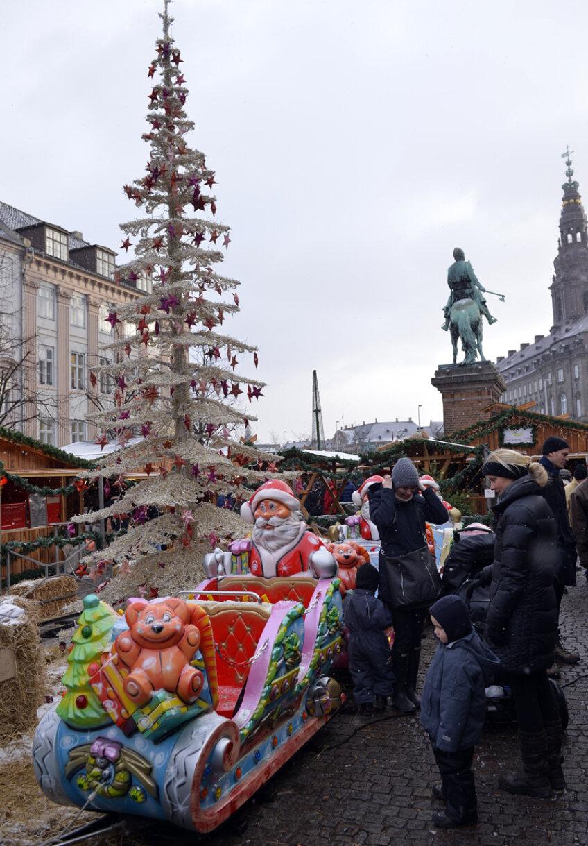 Deși mai sînt 3 săptămîni pînă la Crăciun, Copenhaga e invadată de imenși brazi gătiți de sărbătoare