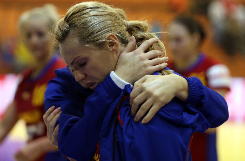 Iulia Curea a fost consolată de colege la finalul meciului cu Ungaria